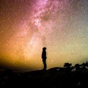 holding space persoon sterrenhemel